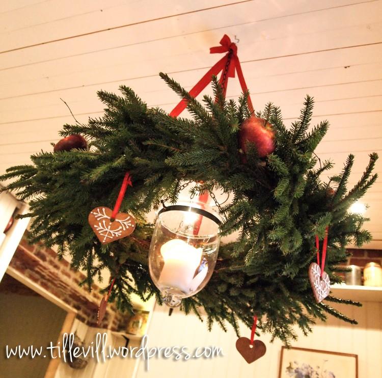 Julkrans av granris att ha över julbordet